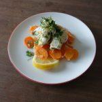 Fischröllchen auf Möhrengemüse